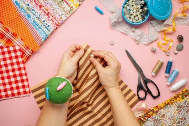 Materialien und Zubehör zum Nähen - Stoff, Stifte, Faden, Knöpfe. Ansicht von oben. Flache Verlegung – Foto