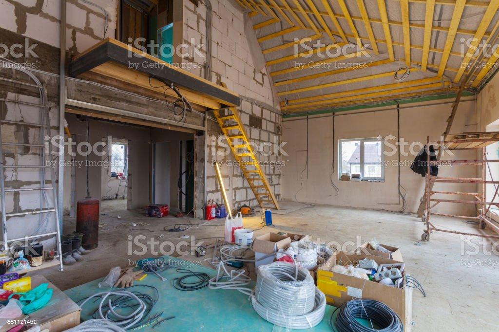 Materialien für Reparaturen und Werkzeuge für die Umgestaltung im Haus (Gebäude) d. h. unter Umbau, Renovierung, Ausbau, Restaurierung, Rekonstruktion und Bau (Upgrade) – Foto