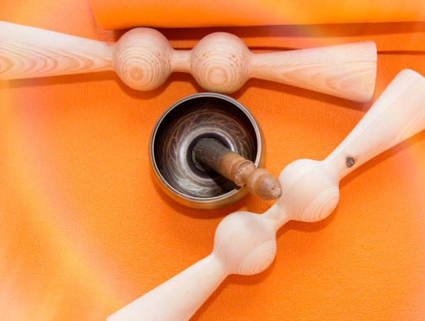 Materialien für Yogakurse, Matten, Ziegel und Gurte, Schüssel für die Meditation. alles, was Sie für Yoga. – Foto