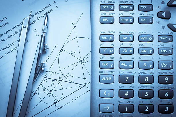 Math instrucciones con una brújula y calculadora - foto de stock
