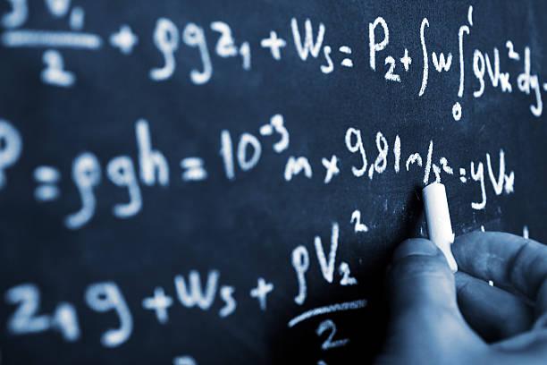 equazione matematica su chalkboard - professore di scuola superiore foto e immagini stock