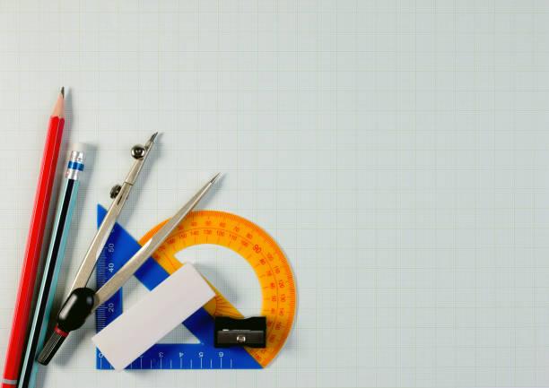mathematische instrumente über die ecke einer mathe zeichenpapier mit maßeinteilung mit textfreiraum für text. - geometriestunde stock-fotos und bilder