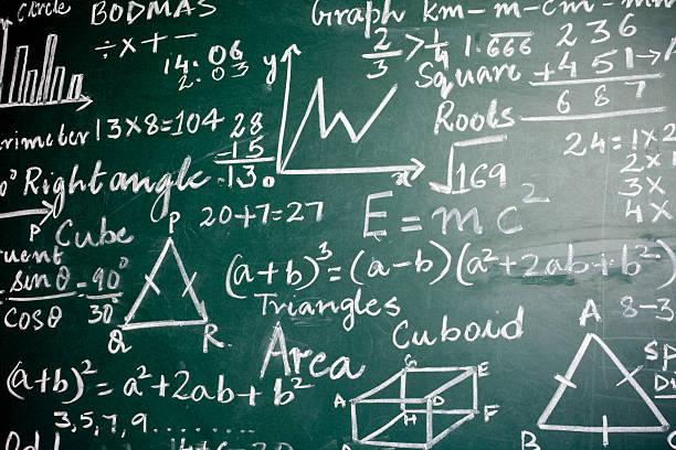matemáticas problemas sobre una greenboard - e=mc2 fotografías e imágenes de stock