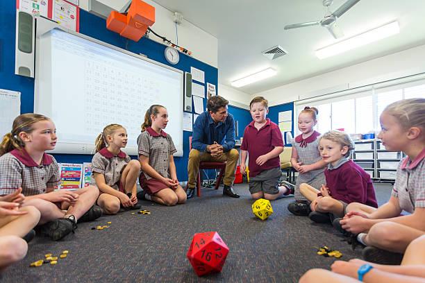 maths jogo é jogado por crianças em sala de aula - aula de matemática - fotografias e filmes do acervo
