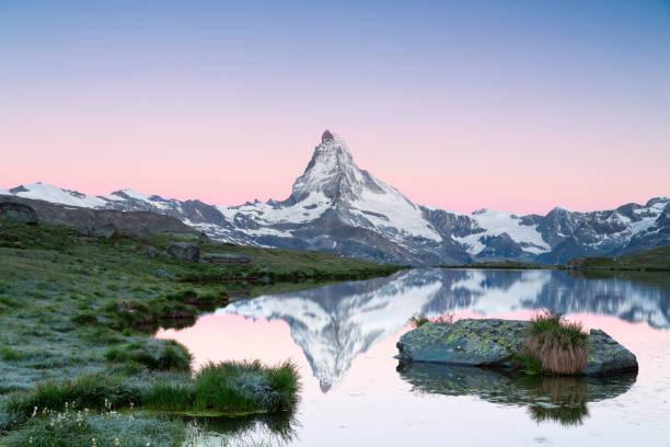 matterhorn im morgengrauen mit stellisee im vordergrund - kanton schweiz stock-fotos und bilder