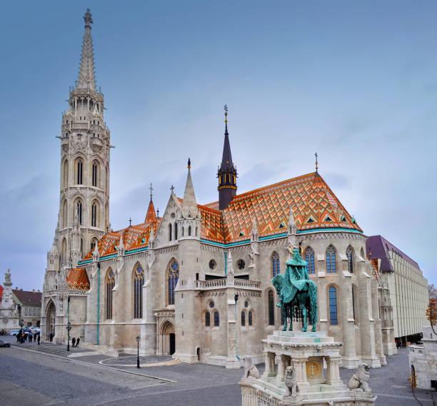 マーチャーシュ教会と馬で男の彫刻 - マーチャーシュ教会 ストックフォトと画像