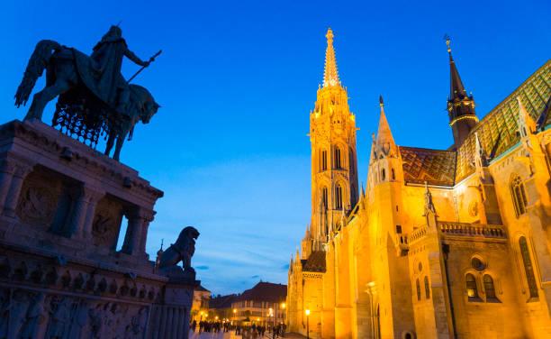 マーチャーシュ教会や美しい建造物、ブダペストのブダ地区に位置しています。 - マーチャーシュ教会 ストックフォトと画像