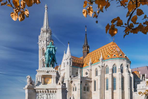 マーチャーシュ教会と聖ステパノ、ブダペスト、ハンガリーの像 - マーチャーシュ教会 ストックフォトと画像