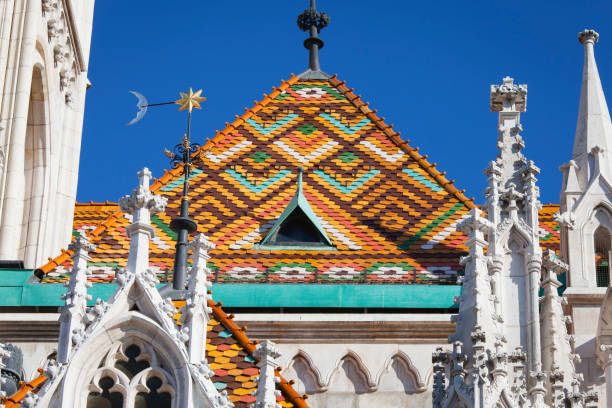 マーチャーシュ教会ブダペスト屋根瓦 - マーチャーシュ教会 ストックフォトと画像