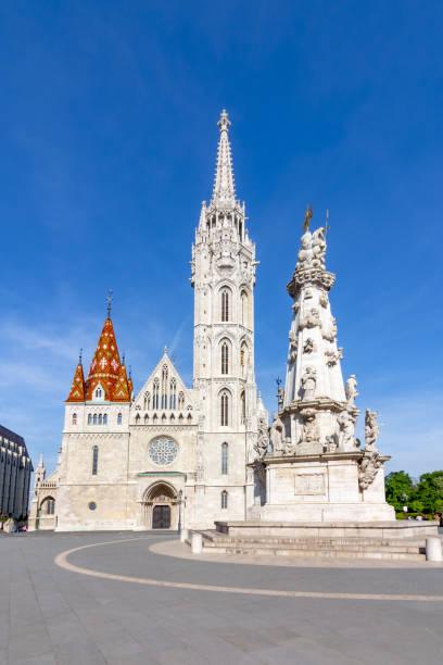 フィッシャーマンの砦と聖トリニティのコラムのマティアス教会、ブダペスト、ハンガリー - マーチャーシュ教会 ストックフォトと画像
