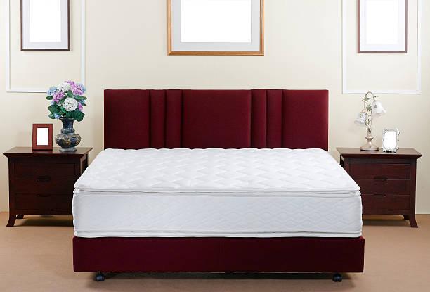 coussin et lit à l'intérieur de la chambre à coucher - matelas photos et images de collection