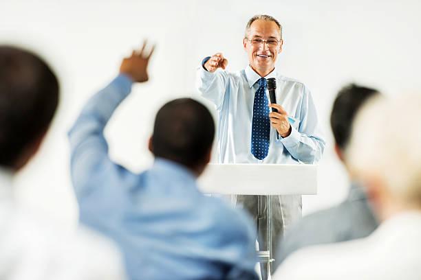 älterer erwachsener mann, eine öffentliche rede. - versteigerung stock-fotos und bilder