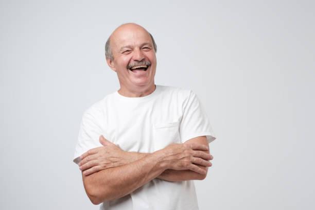 reifen erwachsenen mann mit schnurrbart lachen über weißem hintergrund in die kamera schaut. - mann bart freisteller stock-fotos und bilder