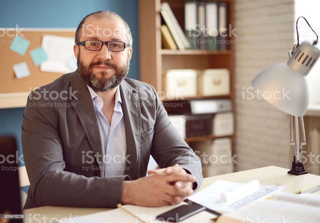 Älterer Erwachsener Mann arbeitet im Büro – Foto
