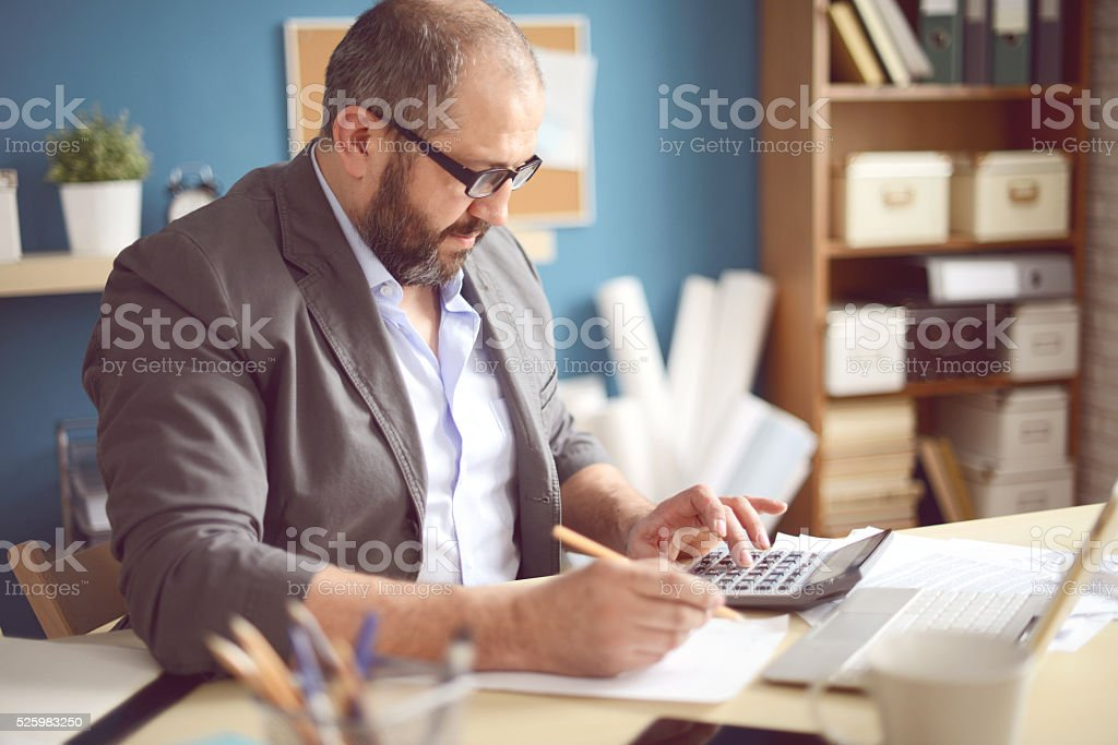 Mature Adult man working in the office​​​ foto