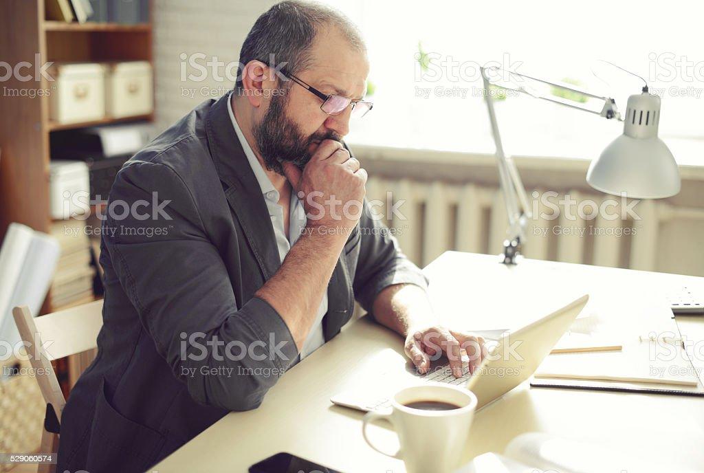 Adulto maduro hombre trabajando en la oficina - foto de stock