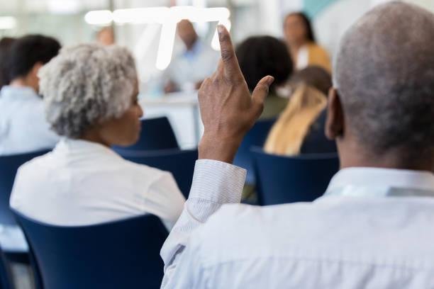 volwassen afro-amerikaanse man vragen spreker - gemeentehuis stockfoto's en -beelden