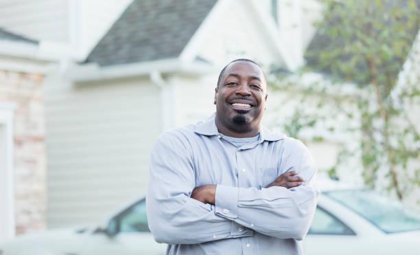 Reifer afroamerikanischer Mann steht draußen – Foto