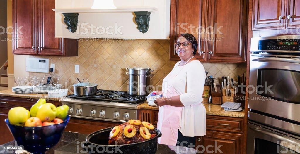 Africanamerican Milf In Kuche Stockfoto Und Mehr Bilder Von