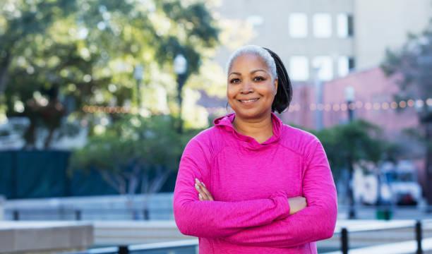 african-american milf im freien in stadt - rosa training stock-fotos und bilder