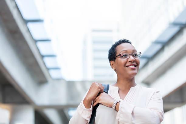 Reife afro-amerikanische Frau zu Fuß auf Stadtstraße – Foto
