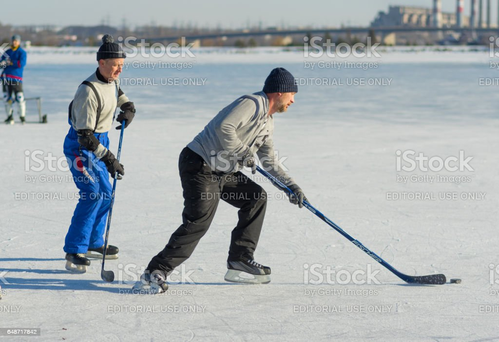 Istock Hombres Maduros Amateurs Jugando Al Hockey En Un Congelado Rio Dnieper En Ucrania