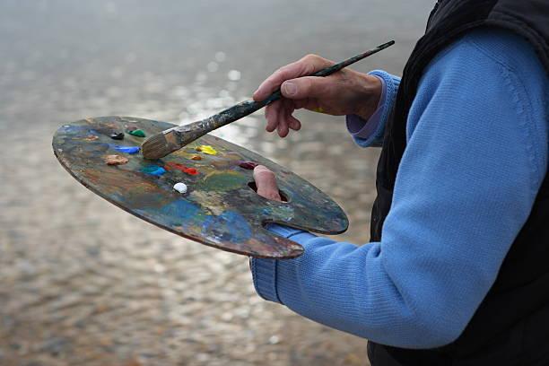 ältere künstler malen by the sea - senior bilder wasser stock-fotos und bilder