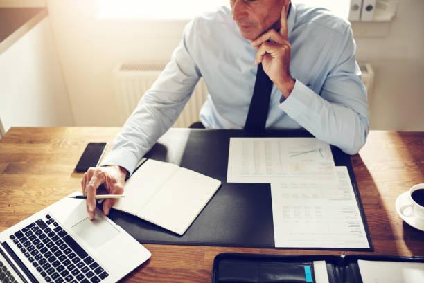 Mature Lifschitz, travaillant sur un ordinateur portable dans un bureau - Photo