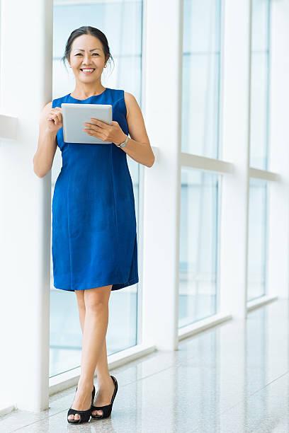 mulher de negócios maduros - senior business woman tablet imagens e fotografias de stock