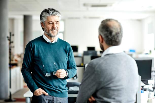 Reifer Geschäftsmann im Gespräch mit Unternehmer – Foto