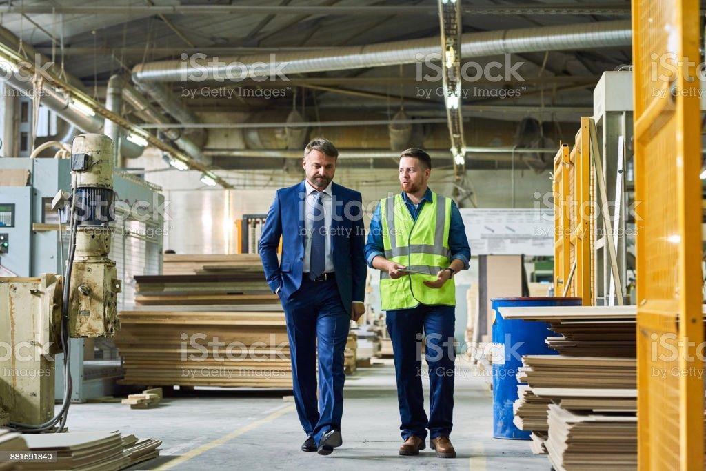 Reifen Sie Geschäftsmann Inspektion moderne Fabrik – Foto