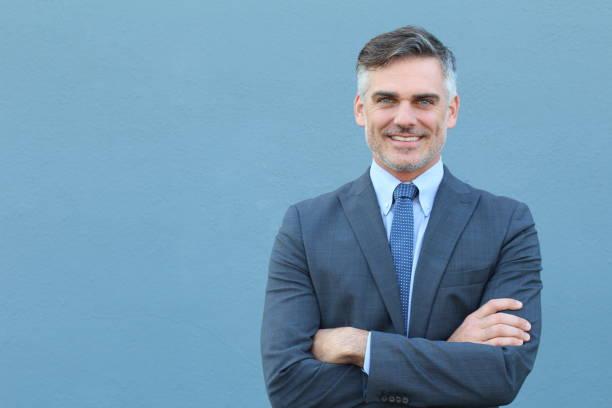 Homme d'affaires senior souriant vêtu d'une costume classique - Photo