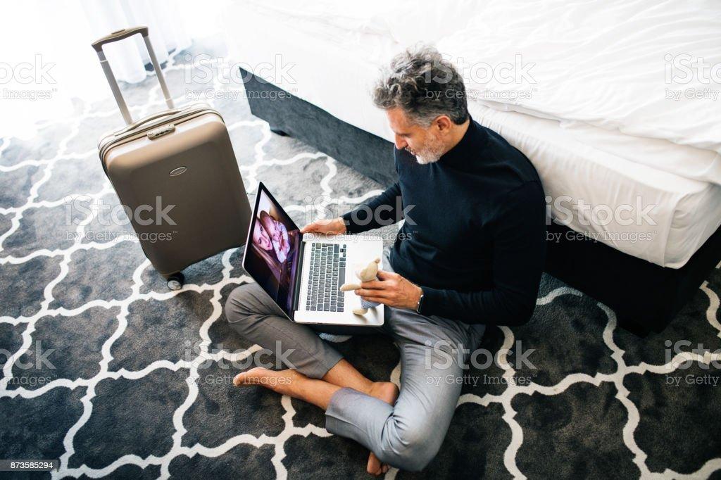 Reife Geschäftsmann mit Laptop in einem Hotelzimmer. – Foto