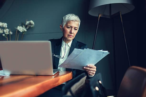 mature femme d'affaires dans son bureau. - technique photographique photos et images de collection