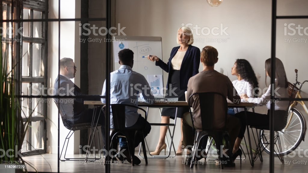 Reife Geschäftsfrau Mentor Coach geben Flipchart-Präsentation bei Workshop - Lizenzfrei Aktiver Senior Stock-Foto