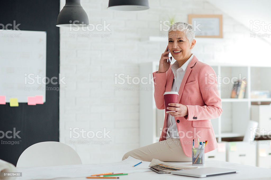 Reife Geschäftsfrau am Telefon In Ihrem Büro. – Foto