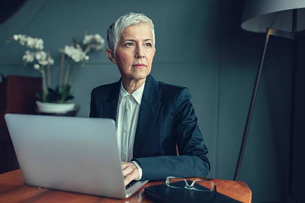 matura donna d'affari ritratto nel suo ufficio. - amministratore delegato foto e immagini stock
