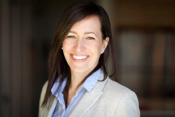 Reife Geschäftsfrau lächelnd in die Kamera. Zu Hause arbeiten. – Foto