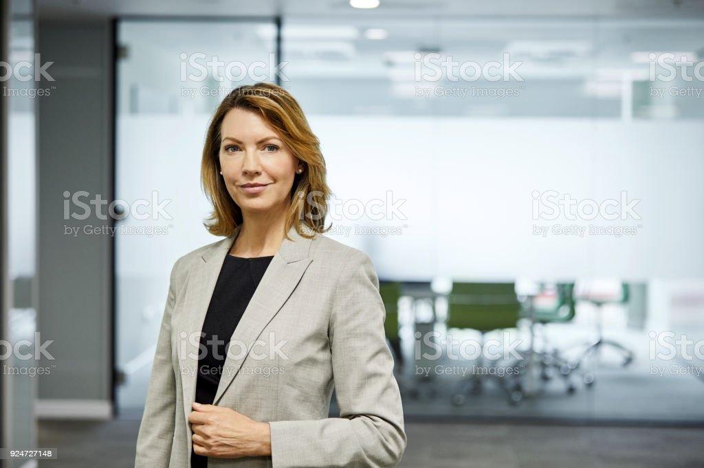 Reife Geschäftsfrau gegen Sitzungsraum – Foto