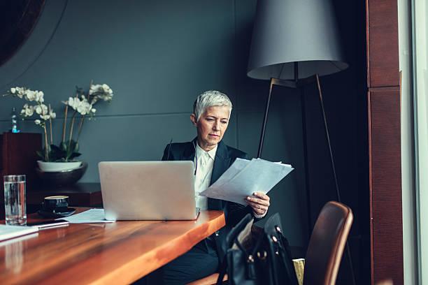 matura donna d'affari lavorando nel suo ufficio. - amministratore delegato foto e immagini stock