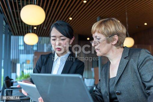 Mature Caucasian Businesswoman And Young Japanese Entrepreneur Kyoto Japan Stock-Fotografie und mehr Bilder von Aktiver Senior