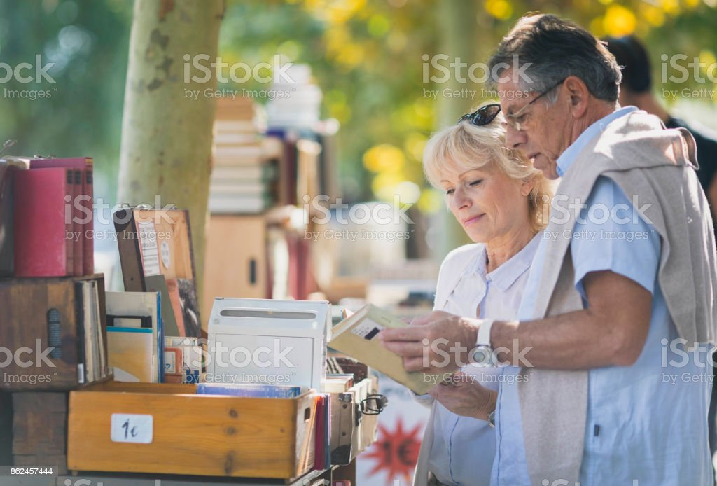 Älteres Paar auf dem Flohmarkt – Foto