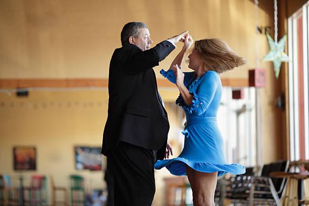 dojrzała para taniec towarzyski - tango taniec zdjęcia i obrazy z banku zdjęć