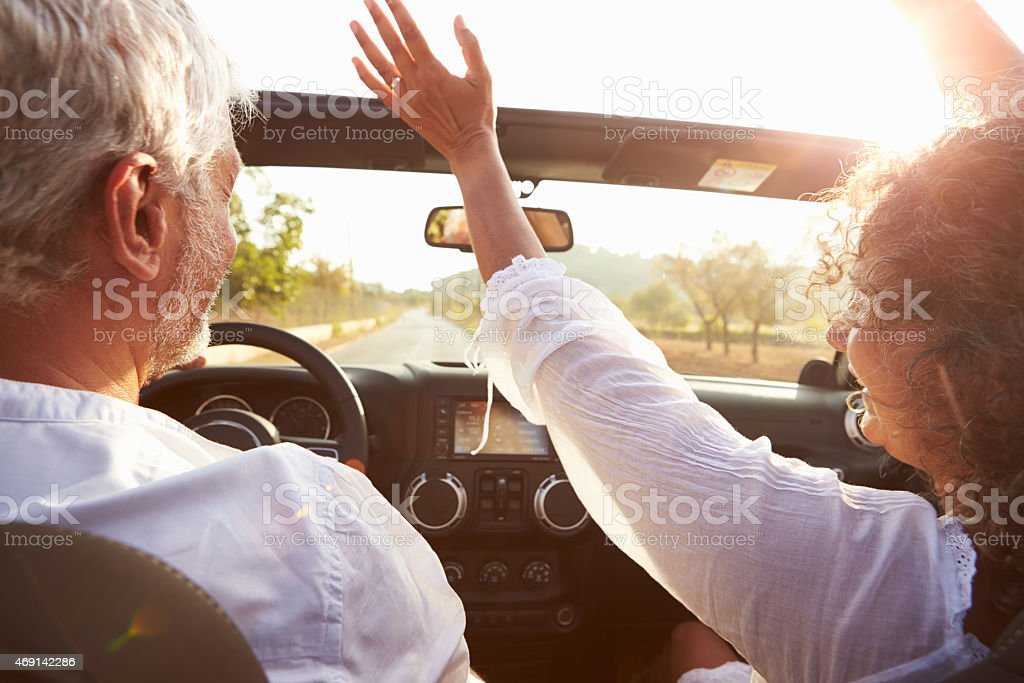 Älteres Paar fahren auf ländliche Straße In öffnen oben Auto – Foto