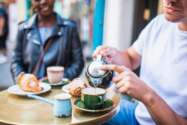 Reife paar Essen sie einen Morgensnack und trinken Kaffee und Tee – Foto