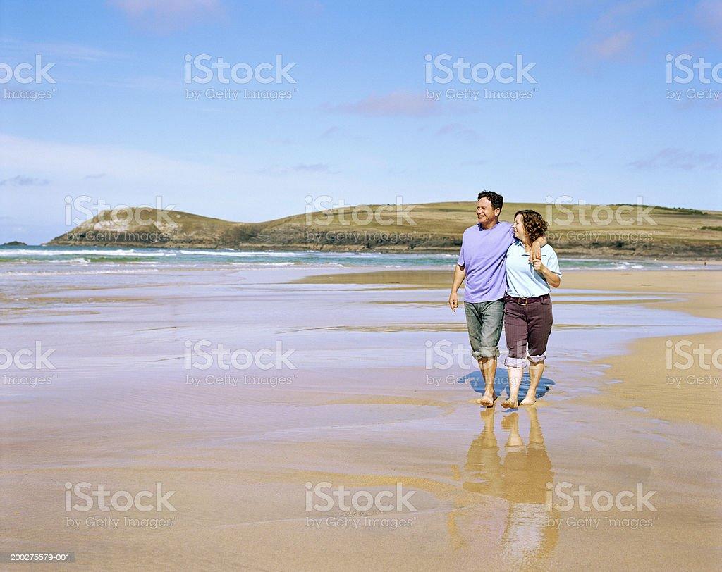Älteres Paar umarmen, zu Fuß am Strand – Foto