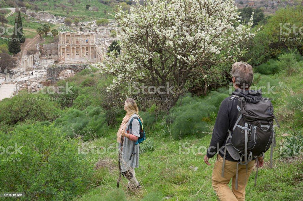 成熟夫婦在春季徒步旅行 - 免版稅55歲到59歲圖庫照片