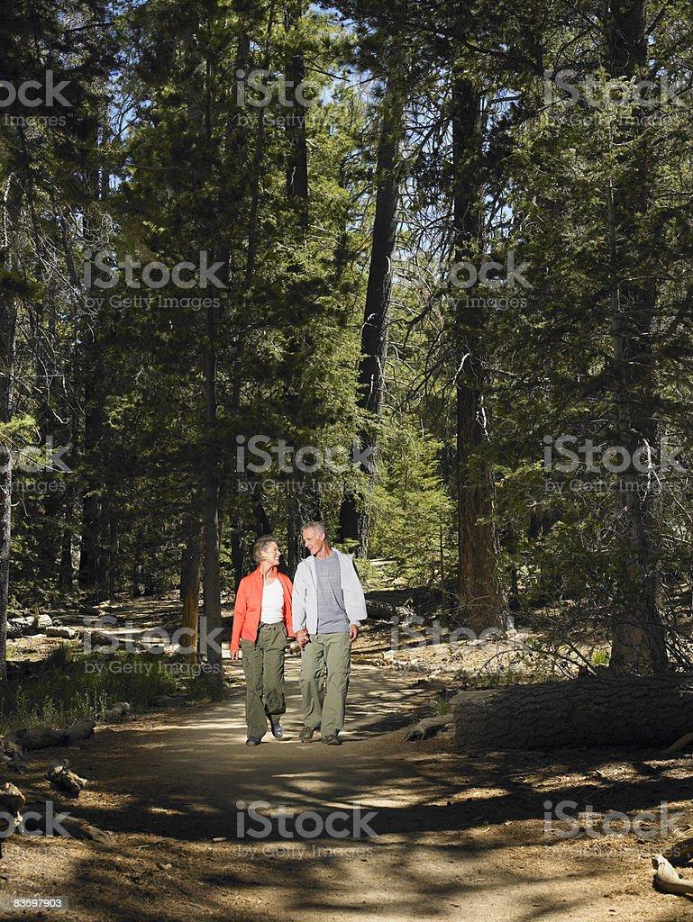 Coppia matura escursioni attraverso boschi insieme foto stock royalty-free