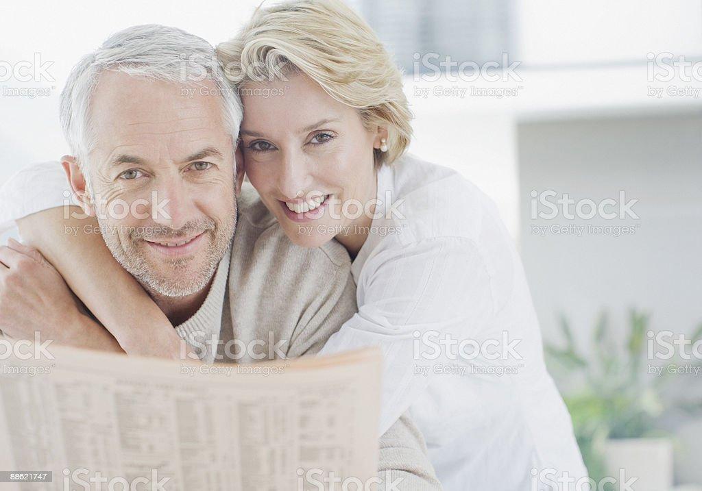 couple d'âge mûr embrassant photo libre de droits