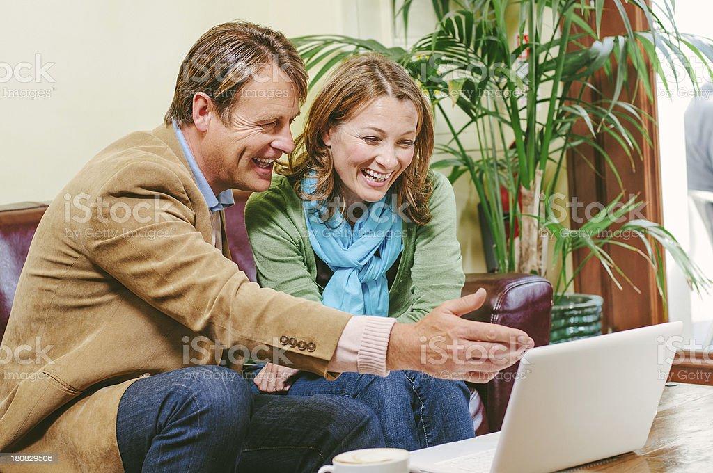 Älteres Paar im internet-Café – Foto